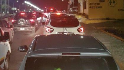 Larga fila de autos sobre una de las principales avenidas de Río Grande.