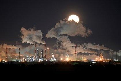 Luna llena sobre la refinería petrolera de Gazprom Neft en Omsk, Rusia (REUTERS/Alexey Malgavko)