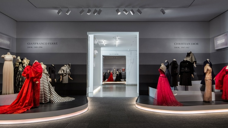 En la muestra hay vestidos de todos los directores artísticos que pasaron por la firma Dior (James Florio)