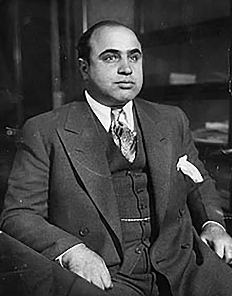 Al no poder responsabilizarlo por los delitos constantes de su banda, a Capone se lo acusó por evasión fiscal