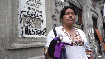 Erika Martínez afuera del plantón de la CNDH (Foto: Infobae México)