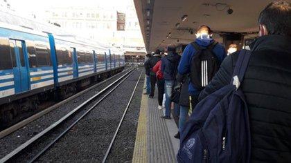 Largas filas en las formaciones del ferrocarril Sarmiento (@patorellano)
