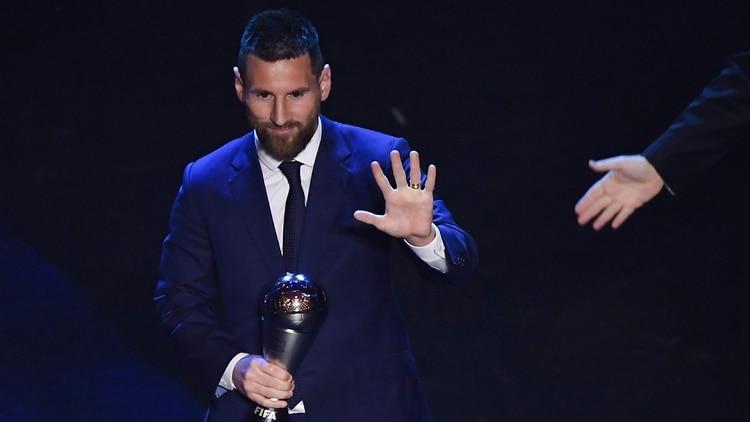 Messi, con el premio que le faltaba: se suma a los cinco Balones de Oro que ya ostentaba en la vitrina (Foto: AFP)