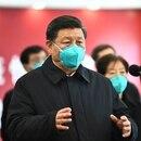 En esta foto publicada por la Agencia de Noticias Xinhua, el jefe del régimen chino Xi Jinping habla en video con pacientes y trabajadores médicos en el Hospital Huoshenshan en Wuhan, en la provincia central de Hubei, China, el martes 10 de marzo de 2020 (AP)