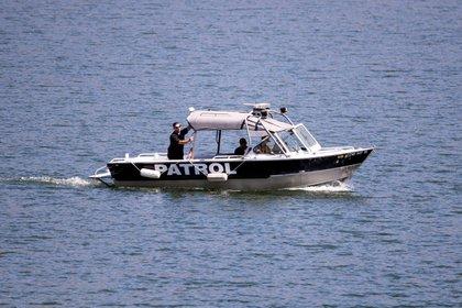 Uno de los barcos que participó de la búsqueda del cuerpo de la actriz estadounidense Naya Rivera en el lago Piru este 10 de julio de 2020. EFE/EPA/ETIENNE LAURENT