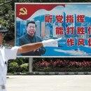 Un soldado de la Armada del Ejército Popular de Liberación se para frente a un telón de fondo con el presidente chino Xi Jinping durante una jornada de puertas abiertas de la base naval de Stonecutters Island, en Hong Kong en una foto de archivo de junio de 2019 (Reuters)