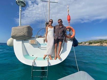 Agustina y Delfín cambiaron la tierra firme por vivir en un velero llamado Ahora en el Mediterráneo