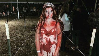 Sidney Wolfe, de 20 años, vestida como Carrie White, el personaje principal de la clásica novela de terror de 1974 de Stephen King Foto: (Sidney Wolfe)
