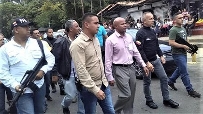 Freddy Bernal siempre está rodeado de hombres fuertemente armados, algunos identificados como FAES