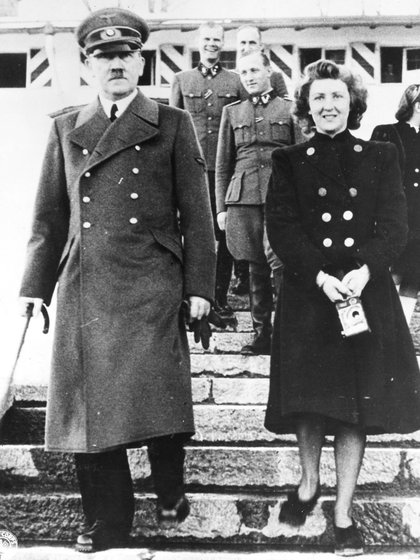 Hitler le dio la pastilla a Eva Braun, que con sumisión se la puso en la boca. A ella le habían ofrecido muchas veces la posibilidad de fugarse, pero creyó morir junto a Hitler de la manera que él lo determinara, debía ser su destino (Granger/Shutterstock)