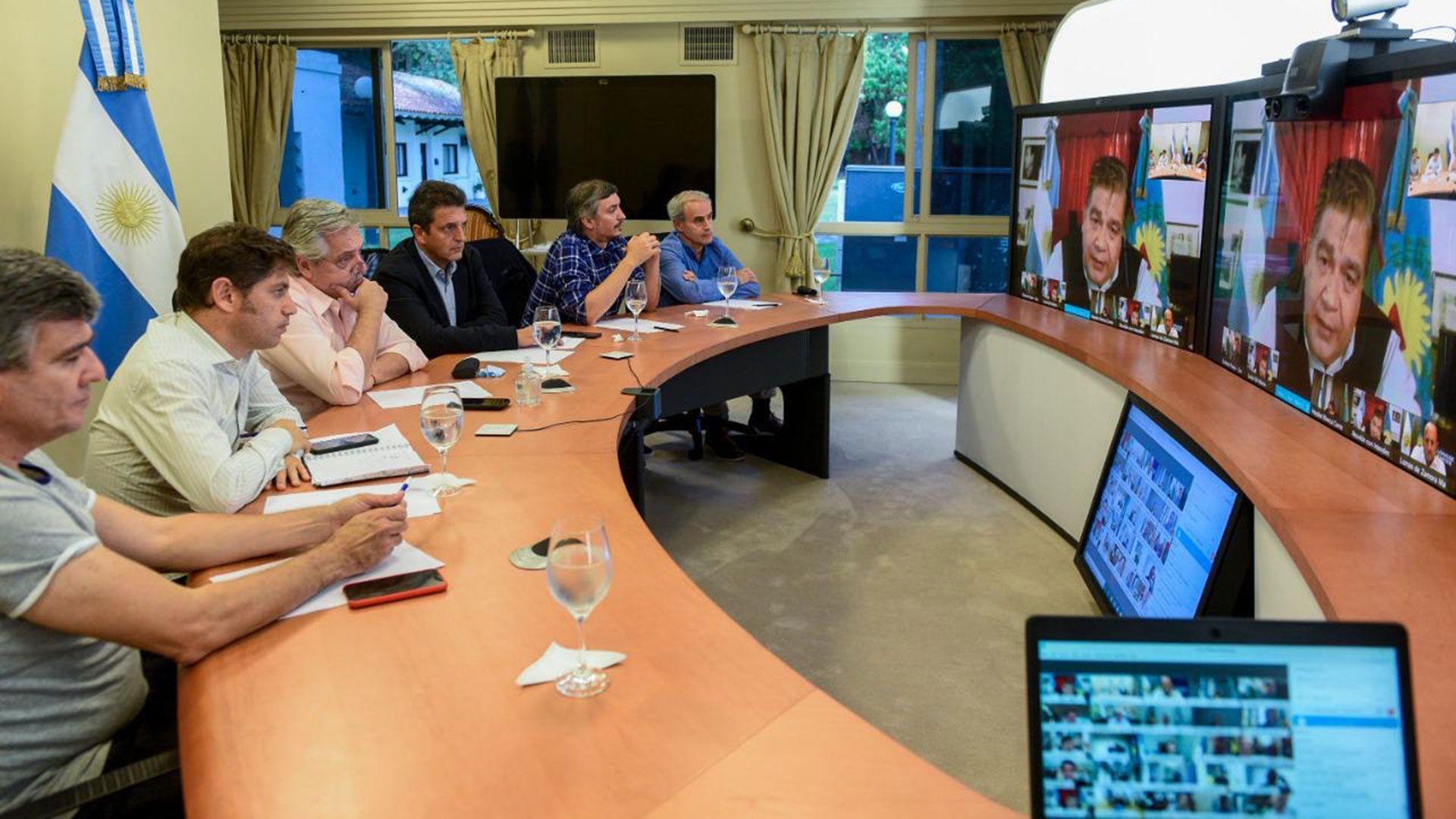 Alberto Fernández, junto a Kicillof, Massa,Máximo Kirchner y Julio Vitobello en videoconferencia con intendentes del Gran Buenos Aires.