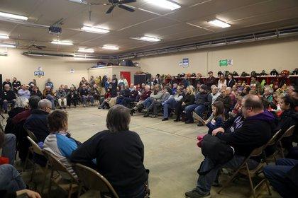 La gente participa en un caucus demócrata en Kellogg, Iowa, EE.UU., el 3 de febrero de 2020 (REUTERS/Brenna Norman/Foto de archivo)