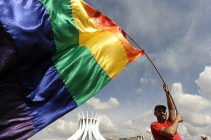 En la imagen, un manifestante ondea una bandera multicolor durante la Primera Marcha Nacional contra la Homofobia en la Explanada de los Ministerios en Brasil. EFE/FERNANDO BIZERRA JR/Archivo