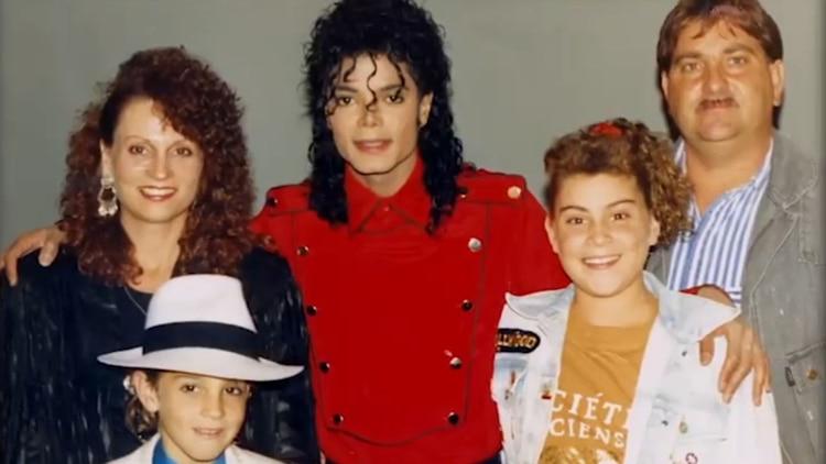 Wade Robson, junto con su familia y Michael Jackson.