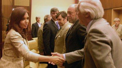 La primera reunión entre el gobierno de Cristina Fernández y el campo, a pocos días del inicio del conflicto por la 125. La ex presidenta saluda a Luciano Miguens, ex titular de la Sociedad Rural Argentina
