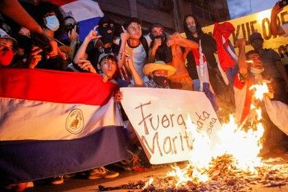Un grupo de personas protesta en Asunción (César Olmedo/Reuters)