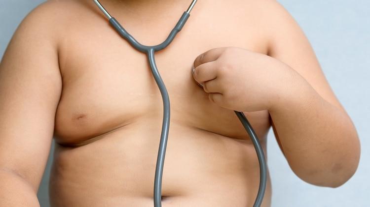 Es importante que la prevención de la obesidad infantil comience en los primeros años de vida (Getty)