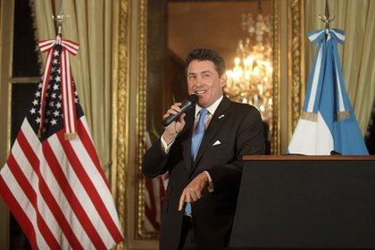El embajador saliente de los Estados Unidos durante su discurso