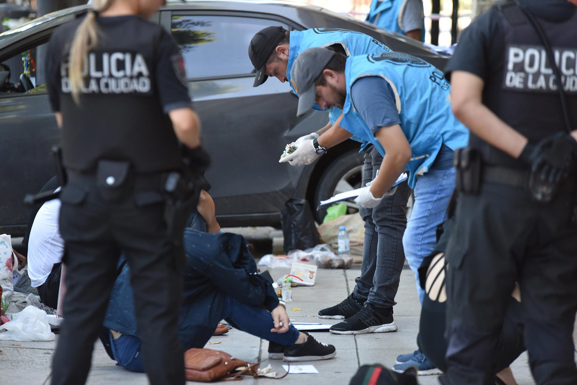 La entrada del hotel acordonada y los efectivos de la Policía porteña.