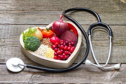 Las personas privadas de sueño ya tienden a elegir alimentos con alto contenido de glucosa debido al aumento del apetito y al comportamiento de búsqueda de recompensas (Shutterstock)
