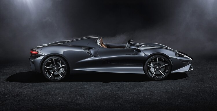 La carrocería, con muchos elementos de fibra de carbono, fue diseñada para optimizar el flujo aerodinámico