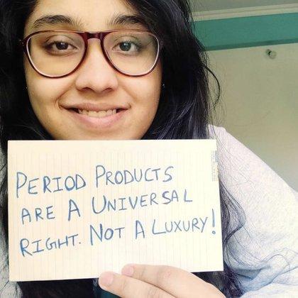 """Una chica con un cartel que dice:""""los productos para el periodo son un derecho universal no un lujo"""""""