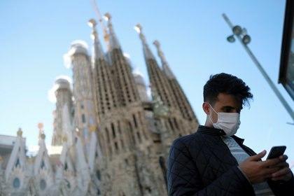 Un hombre con barbijo frente a la Basílica Sagrada Familia en Barcelona (REUTERS/Nacho Doce)