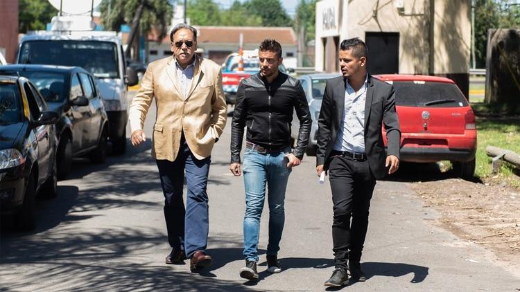 El perito Daniel Salcedo con Ulises Jaitt y el abogado Alejandro Cipolla (Adrián Escandar)