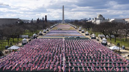 Banderas de Estados Unidos en el National Mall, mirando hacia el Monumento a Washington y el Monumento a Lincoln, antes de la toma de posesión del presidente electo Joe Biden y la vicepresidenta electa Kamala Harris, el lunes 18 de enero de 2021 en Washington. (Foto AP / Alex Brandon)