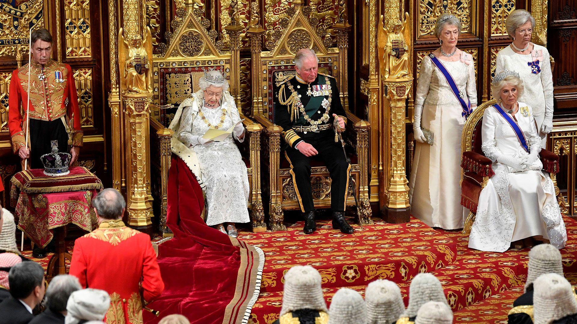 El rey Felipe y la Reina Isabell II en su trono (Foto: AP)