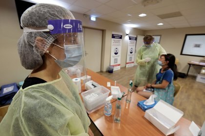 Las autoridades sanitarias buscan aumentar las pruebas de coronavirus para detectar posibles casos asintomáticos y frenar la propagación de la Covid-19 (REUTERS/Eric Gaillard)