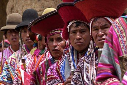 Foto de archivo del 15 de febrero de 2006 de pobladores quechuablantes de Ollantaytambo, Cusco. EFE/Paolo Aguilar/ Archivo