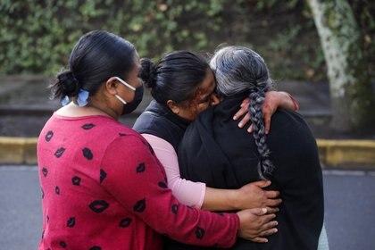 La familia Gómez Cervantes después del atentado contra García Harfuch, donde Gabriela de 26 años perdió la vida y Tania de 22 resultó herida y fue trasladada al hospital Foto: (REUTERS/Luis Cortes)