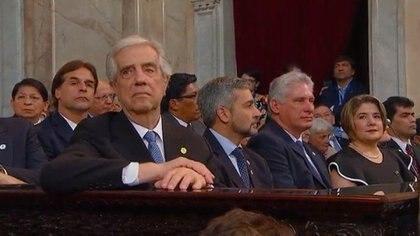 El ex presidente de Uruguay, Tabaré Vázquez, el presidente de Paraguay, Mario Abdo Benítez, y el presidente de Cuba, Miguel Díaz Canel. Detrás, pegado a Tabaré, el presidente electo de Uruguay, Luis Lacalle Pou