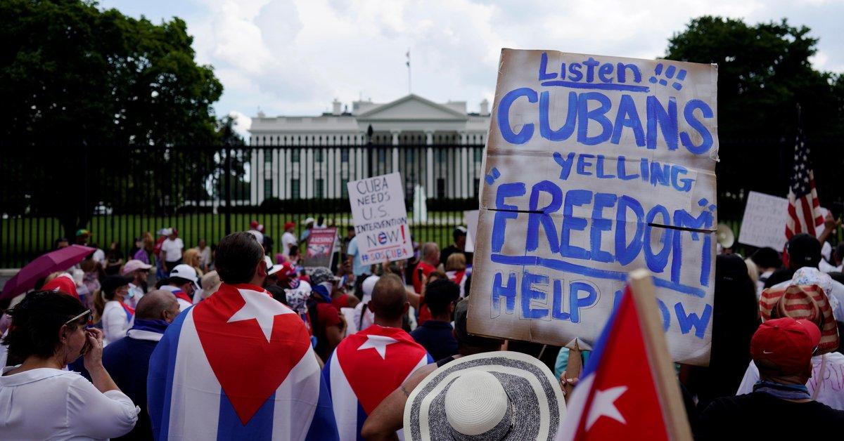 Un grupo de cubanos protestó frente a la Casa Blanca contra la dictadura  castrista - Infobae