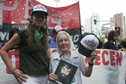 Gómez Alcorta junto a Nora Cortiñas