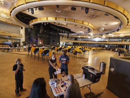 Darla Rothman. Chris Lindsay y su hijo, hacen fila para votar en el salón de evento Palladium en Hollywood, Los Angeles, California. (AP)