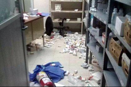 Foto: Los habitantes vandalizaron un hospital, rompiendo muros, parte del mobiliario, cápsulas de traslado de pacientes COVID-19, entre otras cosas (@LagarrapataS22)