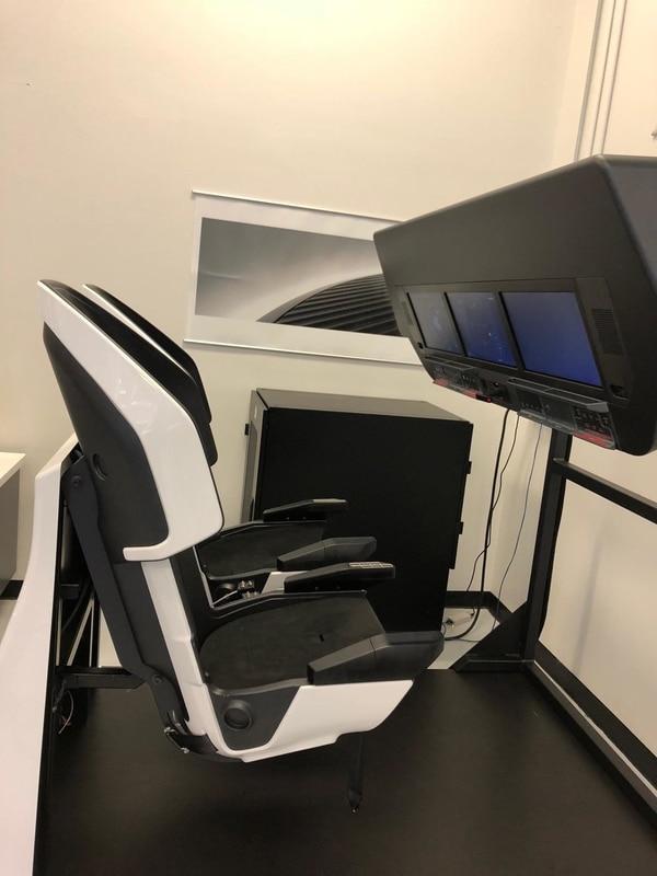 Los controles e información de vuelo de Crew Dragon están dispuestos en tres pantallas táctiles grandes frente al comandante y el piloto