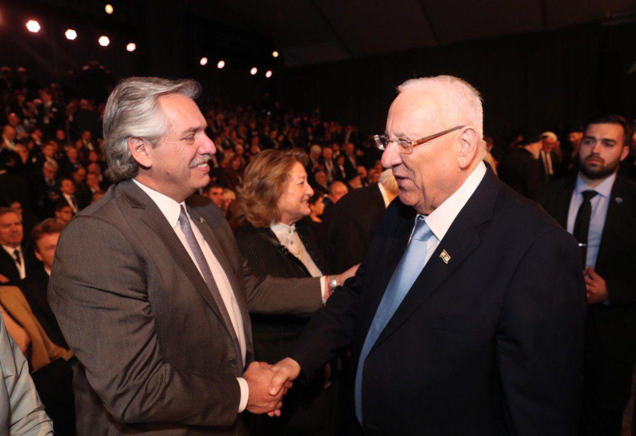 Alberto Fernández saluda al presidente de Israel, Reuven Rivlin, durante la ceremonia del 5 Foro Internacional del Holocausto