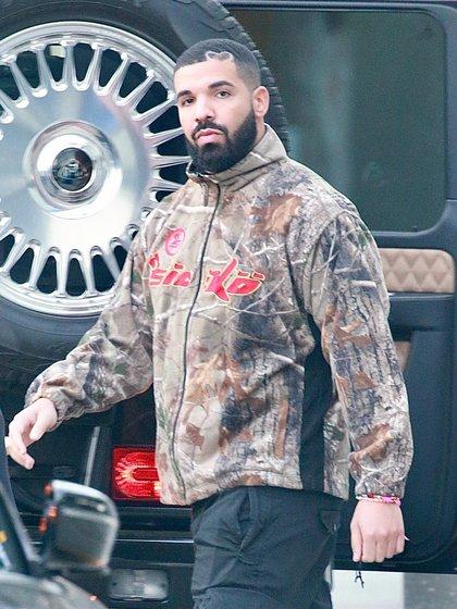 Drake sorprendió al lucir un particular detalle en su nuevo look: se cortó el cabello y se hizo el diseño de un corazón. Lo mostró durante un paseo por las calles de West Hollywood, California (Fotos: The Grosby Group)