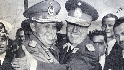 Perón abrazando a Alfredo Stroessner, dictador paraguayo, en una de las visitas que el argentino hizo al país vecino (Revista Así)