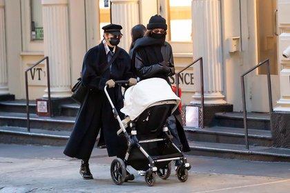 Gigi Hadid realizó una de sus primeras salidas públicas con su bebé. La modelo paseó por las calles del barrio Soho, en Nueva York, junto a su hermana Bella y la niña que fue en el cochecito