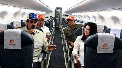 Nicolás Maduro y su esposa dentro de un avión de Conviasa (Archivo)