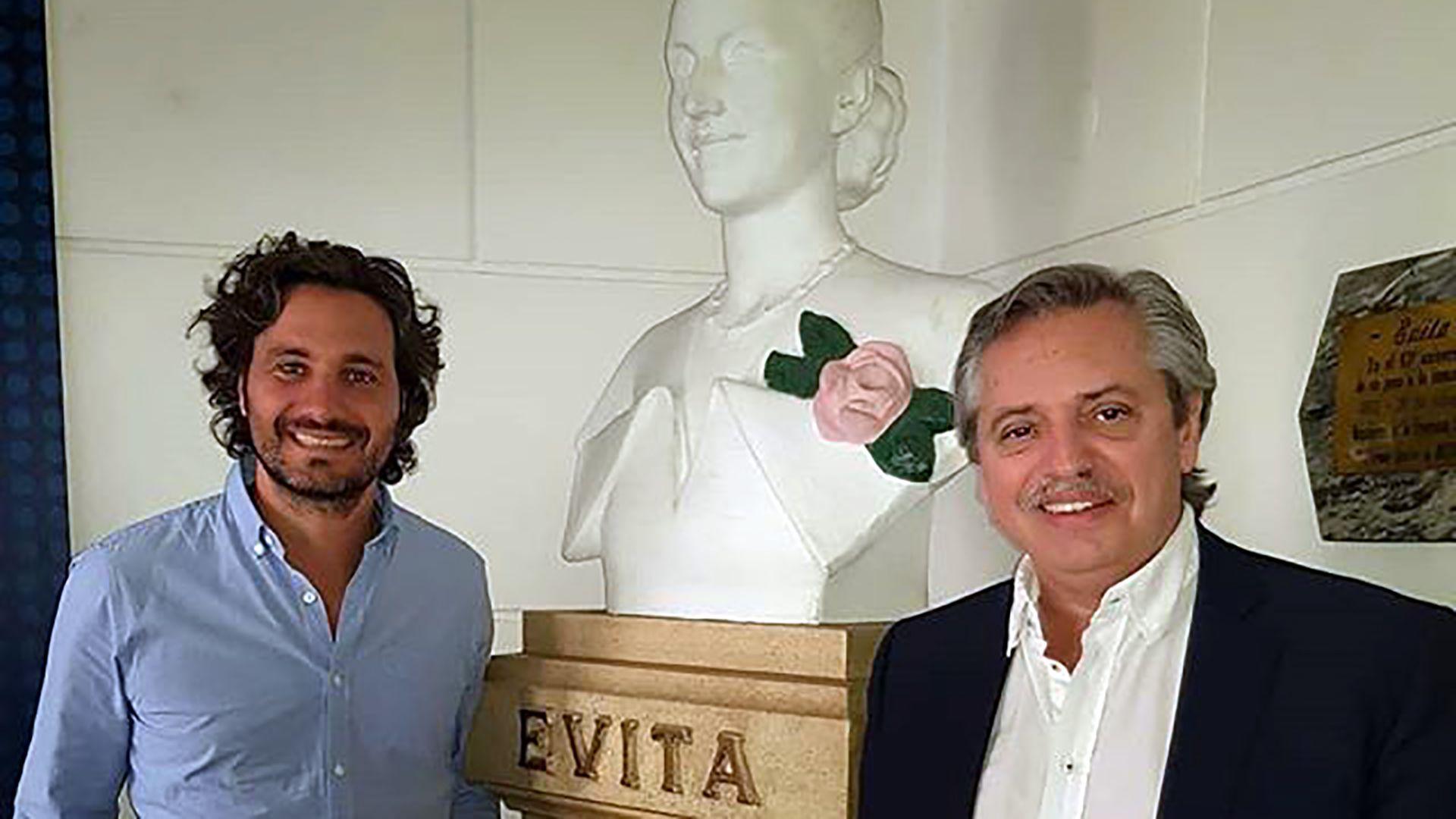 Cafiero y Fernández junto a un monumento a Evita