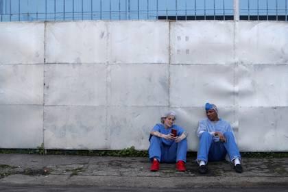 Dos trabajadores de la ciudad conversan durante un descanso en su hospital en Guarulhos, San Pablo, Brasil, May 12, 2020. REUTERS/Amanda Perobelli