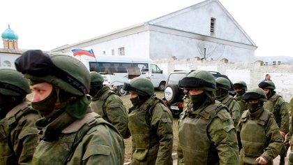 Hombres armados, militares rusos, salen de una base militar ucraniana