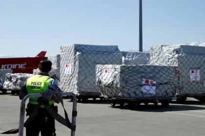 Un cargamento de mascarillas en el aeropuerto de Ginebra, Suiza. La prioridad para el escaso movimiento comercial la tienen los insumos para enfrentar la pandemia,