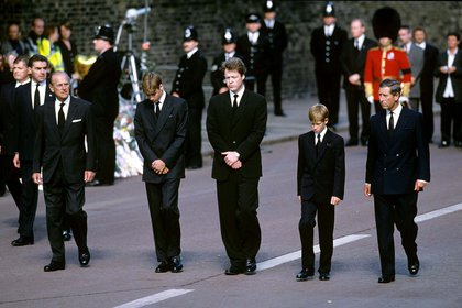 El duque de Edimburgo con sus nietos, William y Harry, y el príncipe Carlos en el funeral de Lady Di, fallecida en un accidente de tránsito en París en 1997