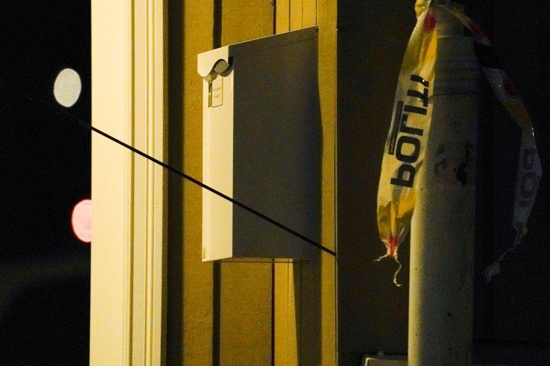 Una flecha en una pared después de que varias personas murieran y otras resultaran heridas por un hombre que usó arco y flechas en Kongsberg, Noruega, 13 de octubre de 2021. REUTERS/NTB/Terje Bendiksby